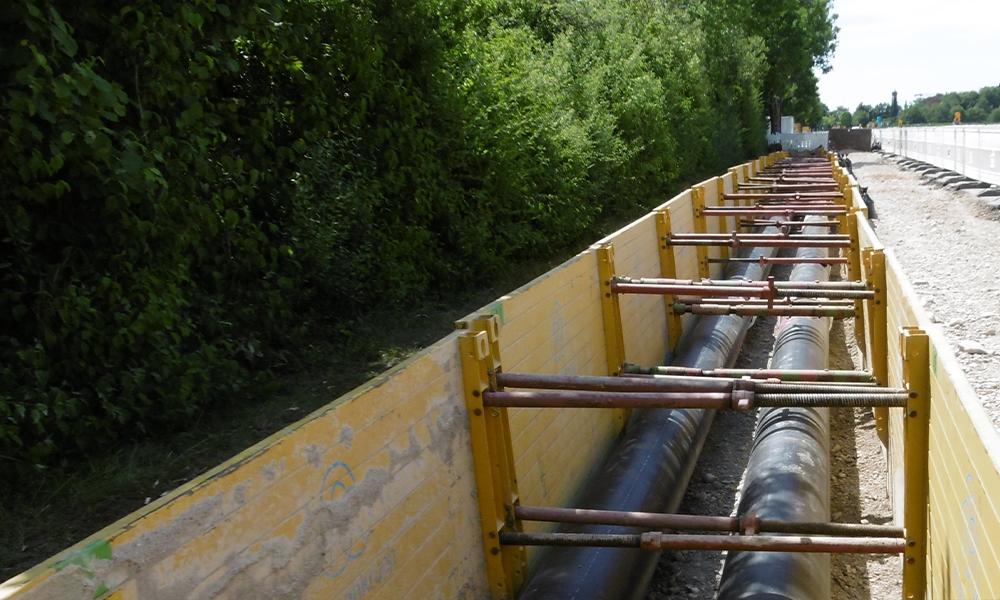Rohre in Erde mit Schutzwänden Baustelle