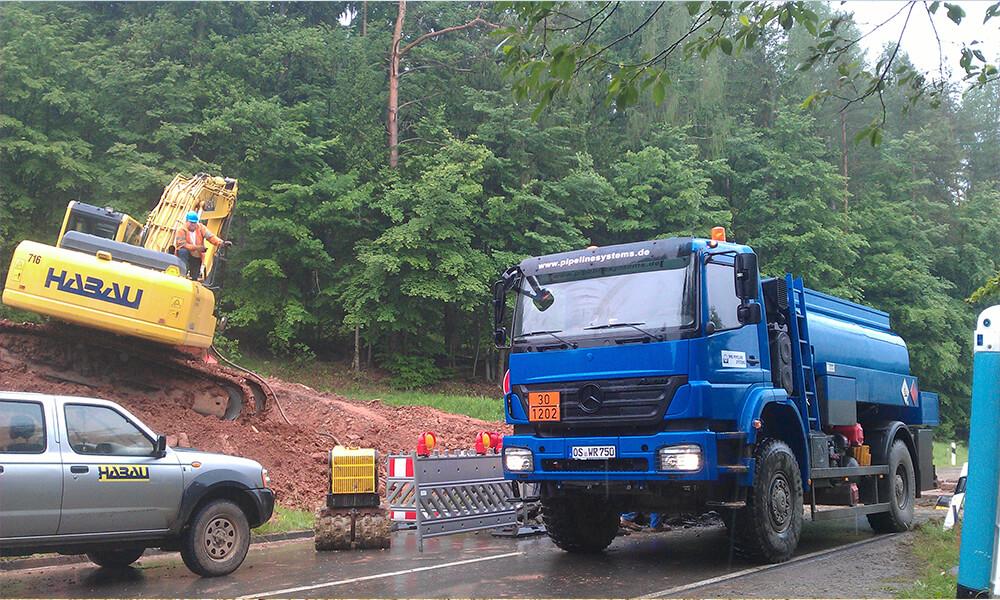 LKW und Geräte auf Baustelle