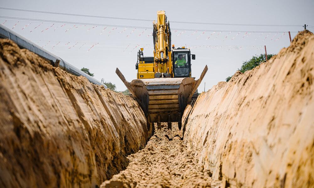 Baumschine gräbt Graben in Erde