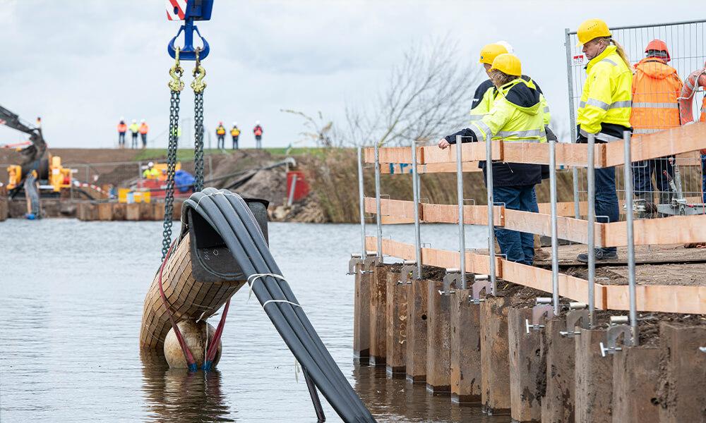 Hochspannungskabel werden zu Wasser verlegt